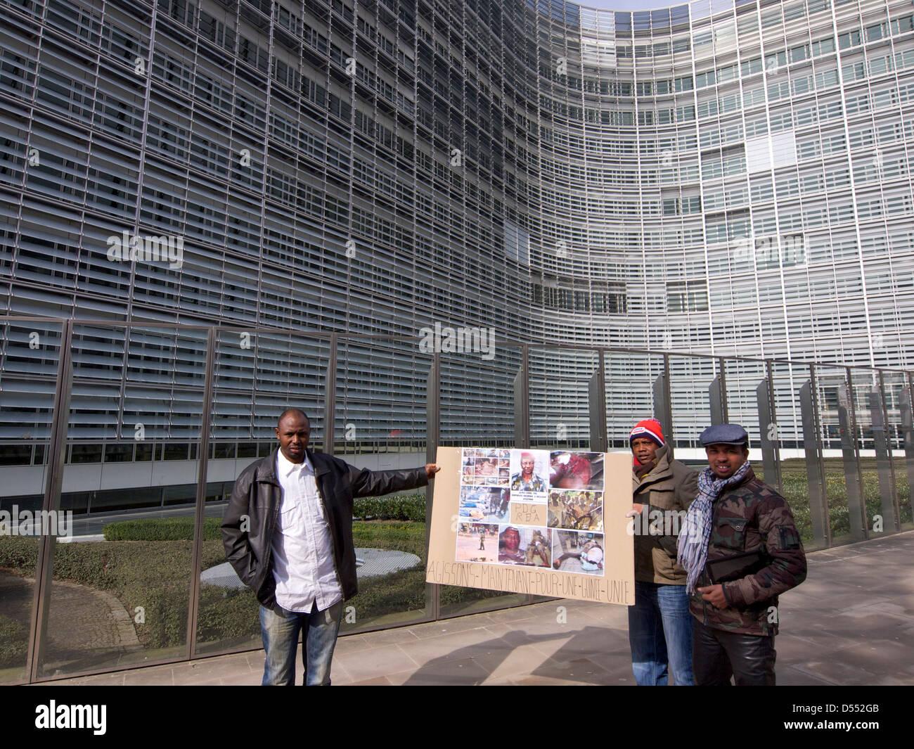 drei Männer auf ihrem Weg zu einem Protest gegen den Diktator Alpha Conde von Guinea im Berlaymont-Gebäude, Stockbild
