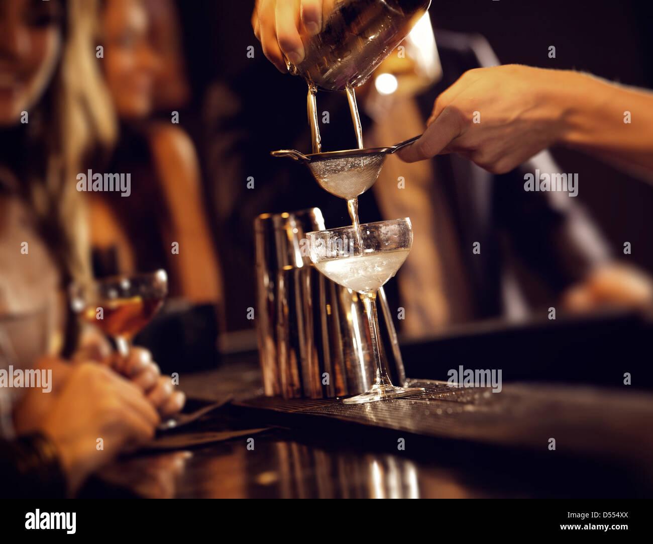 Barman, Wein aus Shaker gießen und servieren Stockbild