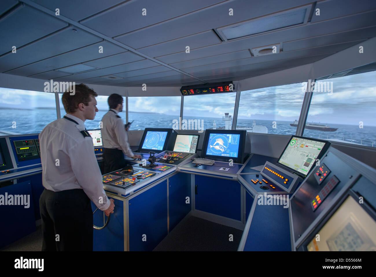 Mitarbeiter auf Schiffe Brücke Stockbild