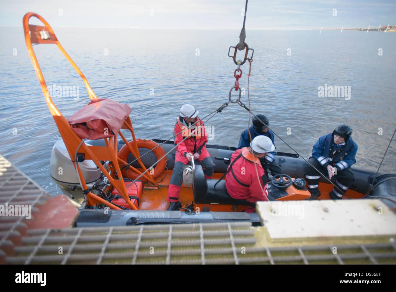 Rettungs-Boots-Training mit dem Schiff Stockbild