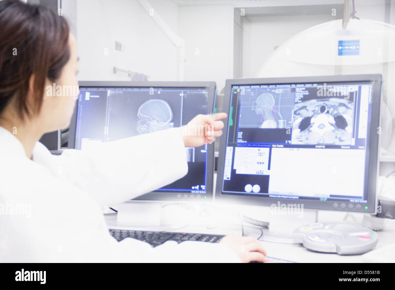 Arzt Untersuchung Röntgenstrahlen auf computer Stockfoto