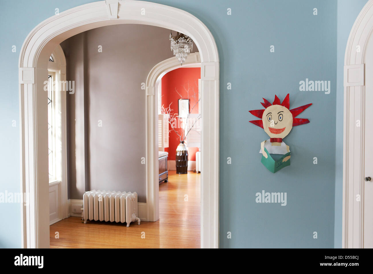 Des Kindes Kunstwerk in eleganten Haus hängen Stockbild