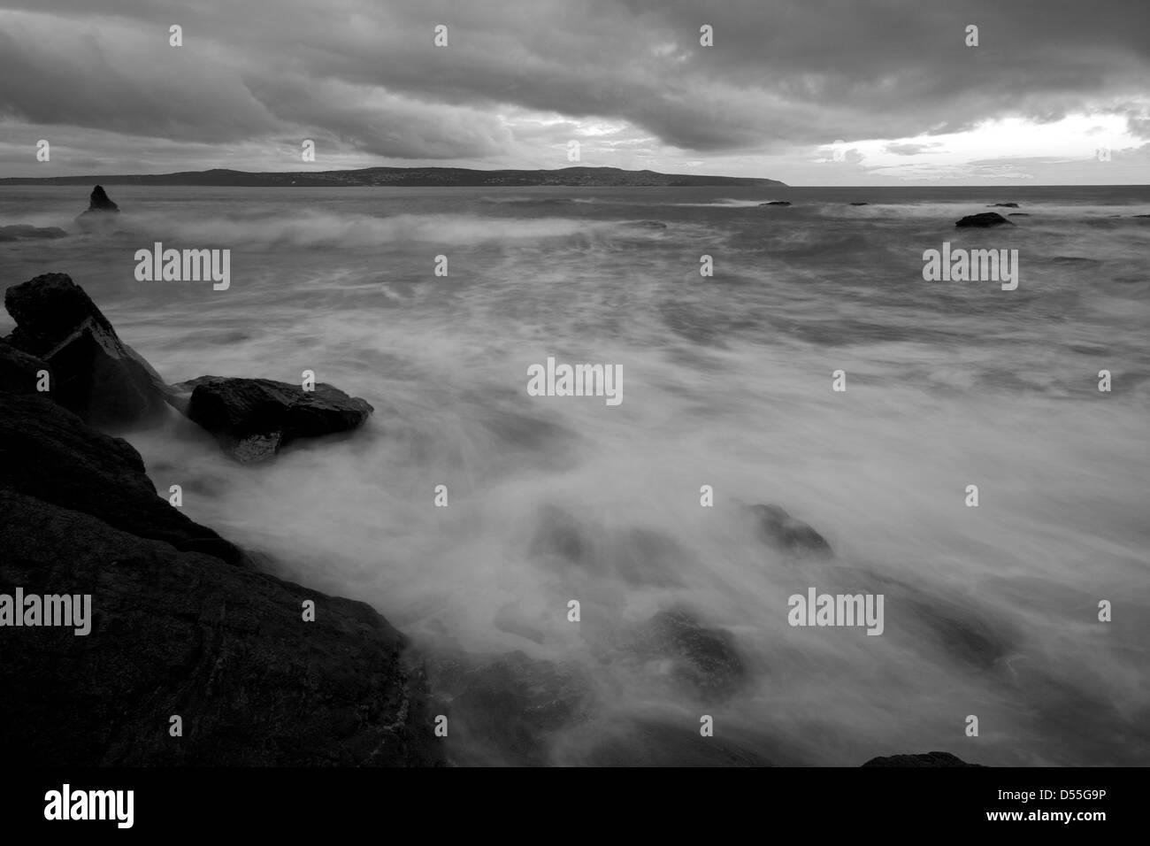 Wellen Waschen um die Felsen bei Godrevy in Cornwall Stockfoto