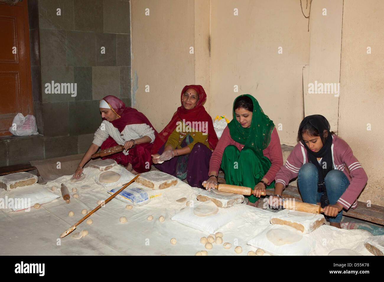 Vier Frauen machen Chapattis in den Küchen des goldenen Tempels ...