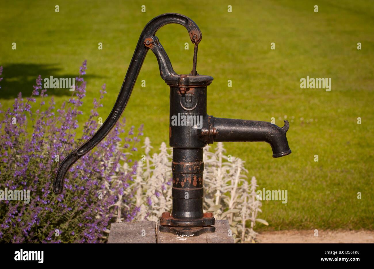 Altmodische Hand Wasserpumpe Im Garten Stockfoto Bild 54848388 Alamy