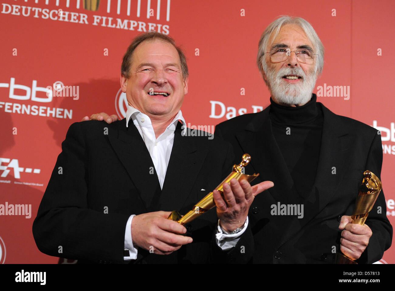 Österreichs Michael Haneke (R) und Filmregisseur Burghart Klaußner zeigen ihre Auszeichnungen bei der deutsche Film Stockfoto