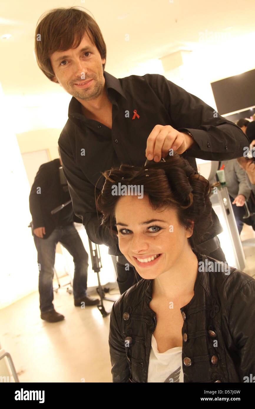 Maja Maneiro bekommt einen Haarschnitt Andre Maertens im Rahmen der ...