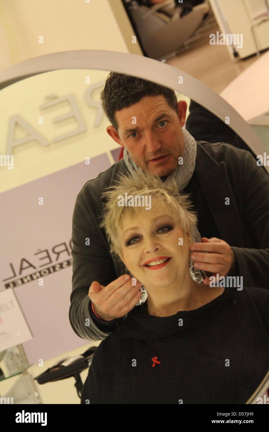Barbara Schoene bekommt einen Haarschnitt von Wolfgang Zimmer im ...