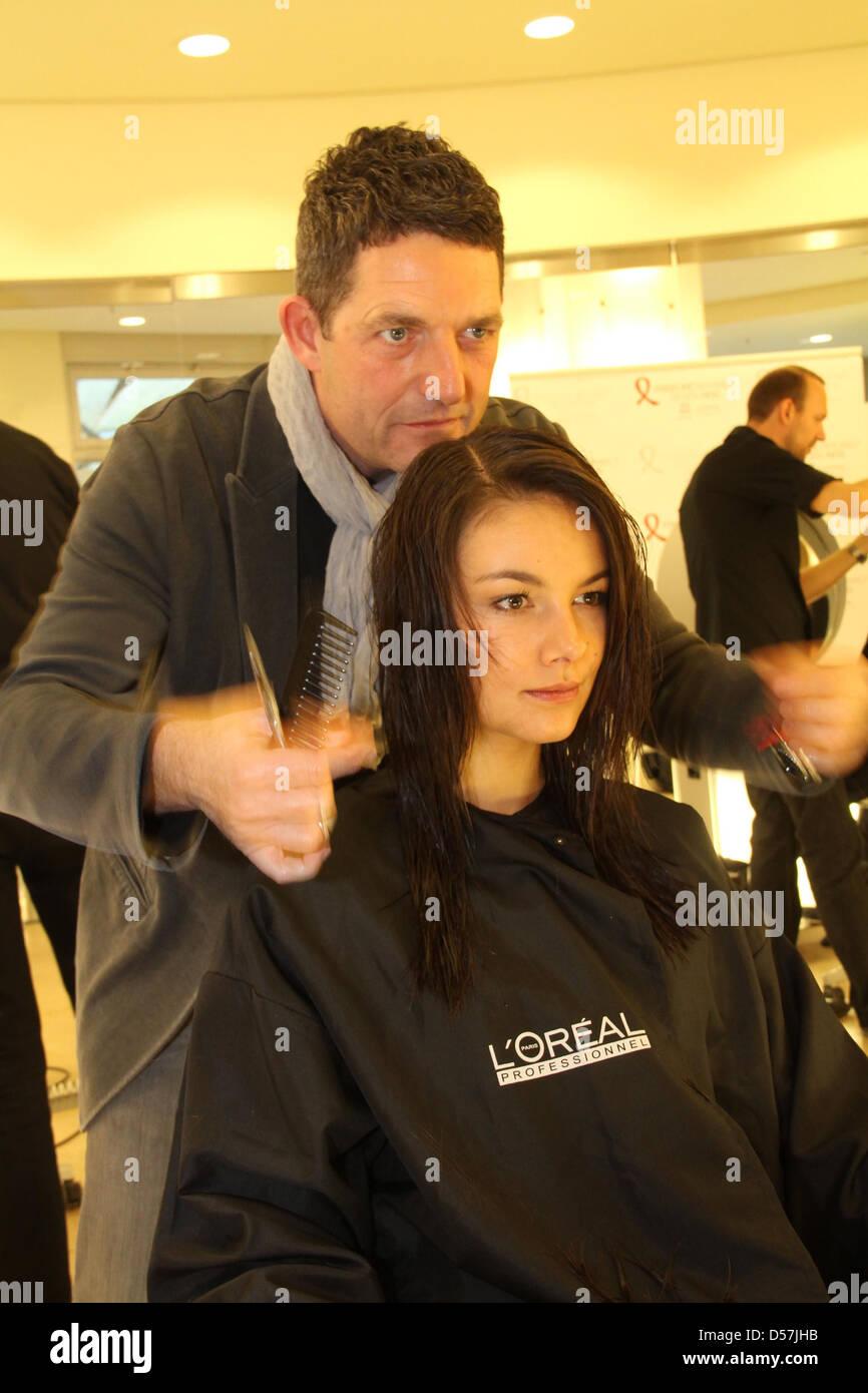 Janina Uhse bekommt einen neuen Haarschnitt von Wolfgang Zimmer im ...