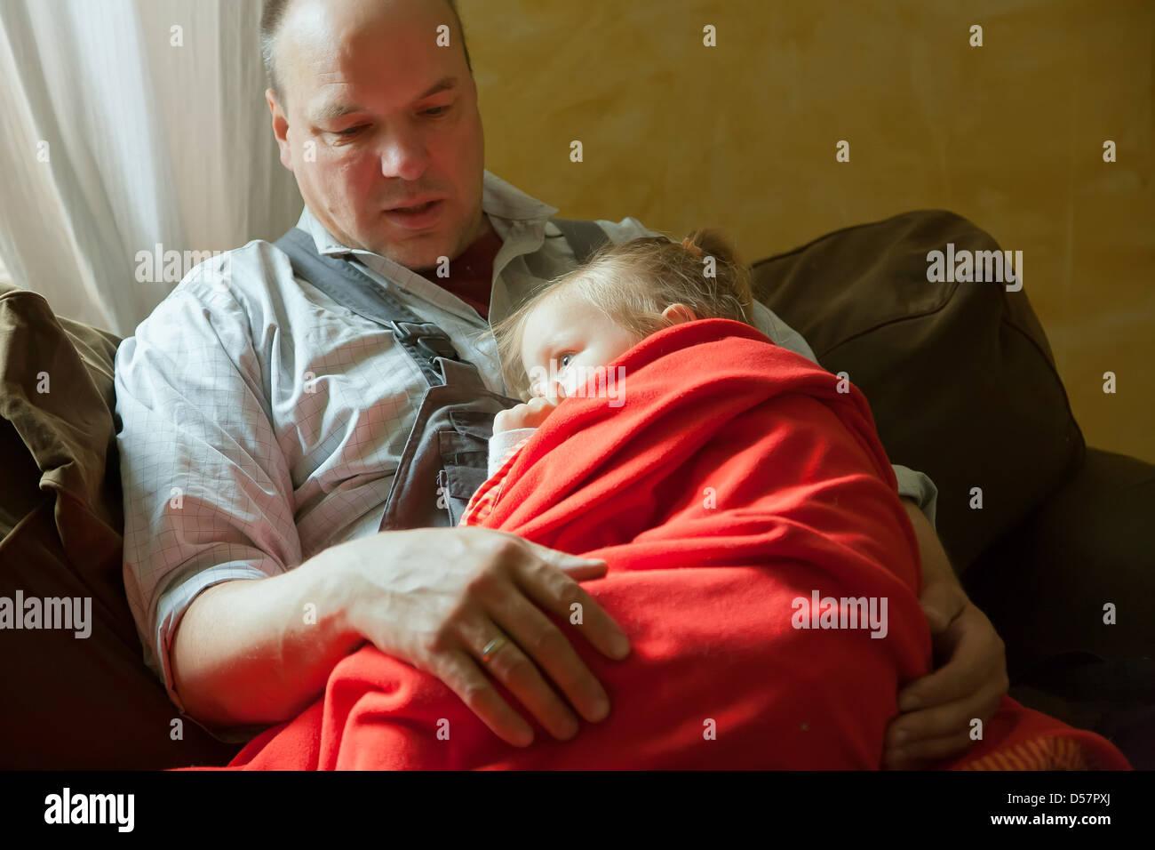 Heidenau, Deutschland, Vater und Tochter auf dem sofa Stockfoto