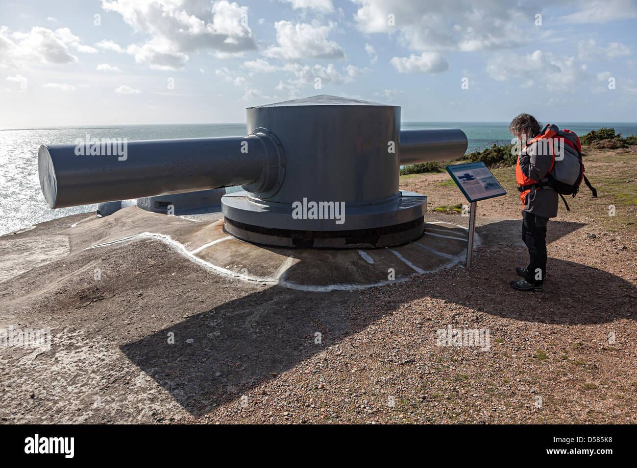 Entfernungsmesser Panzer : Frau liest hinweisschild für gepanzerte stereoskopische