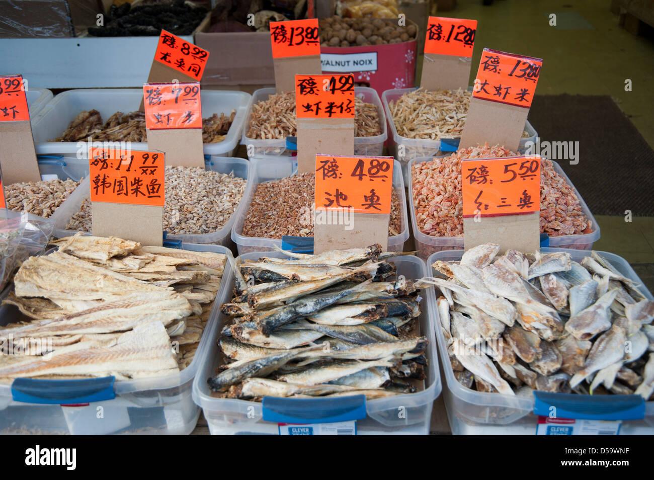 Vielzahl von getrocknetem Fisch und andere Lebensmittel im asiatischen Markt in Chinatown, Vancouver, Britisch-Kolumbien, Stockfoto