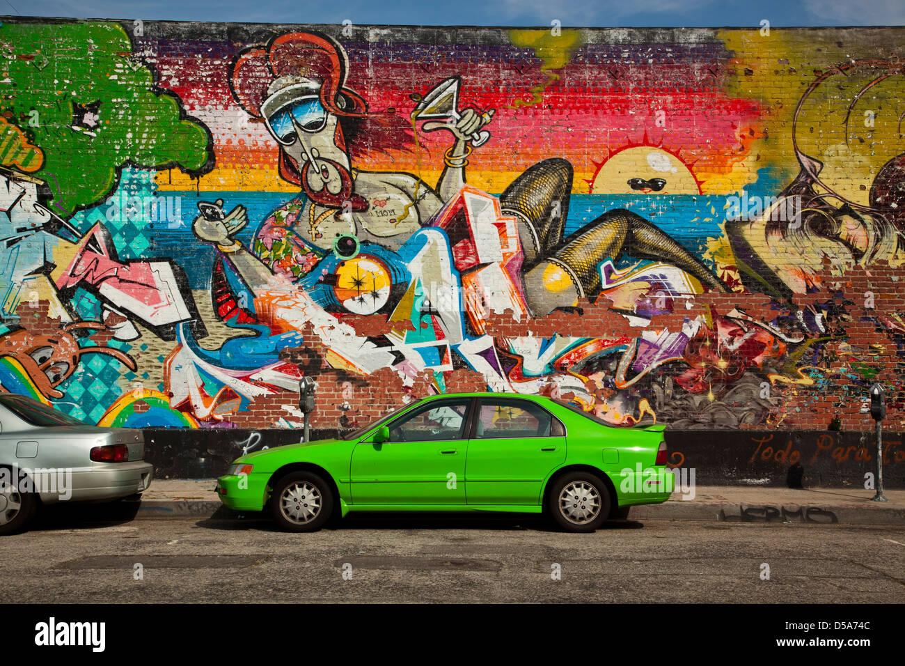 Green Car und Street Art, Arts District, downtown Los Angeles, California, Vereinigte Staaten Stockbild
