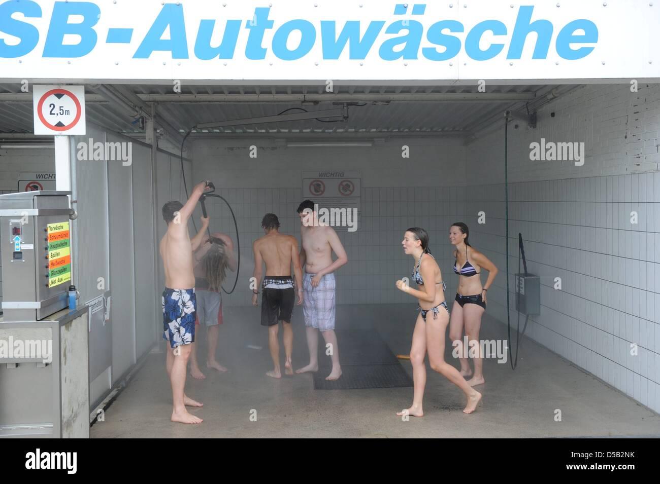Besucher der Heavy-Metal-Festival Wacken Dusche in einer