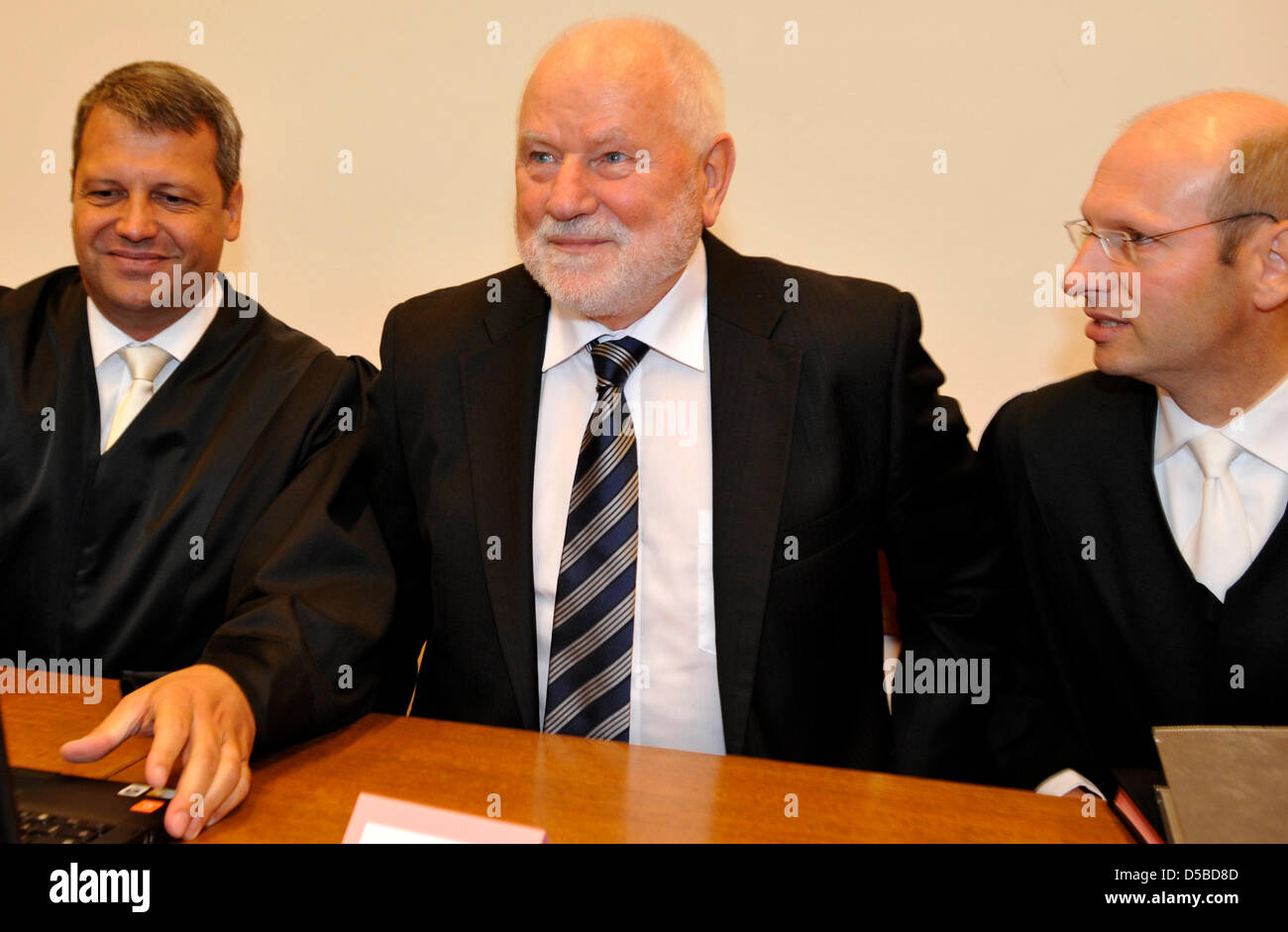 Rolf Demuth Gründer Der Schieder Möbel Firma Sitzt Zwischen Seinen