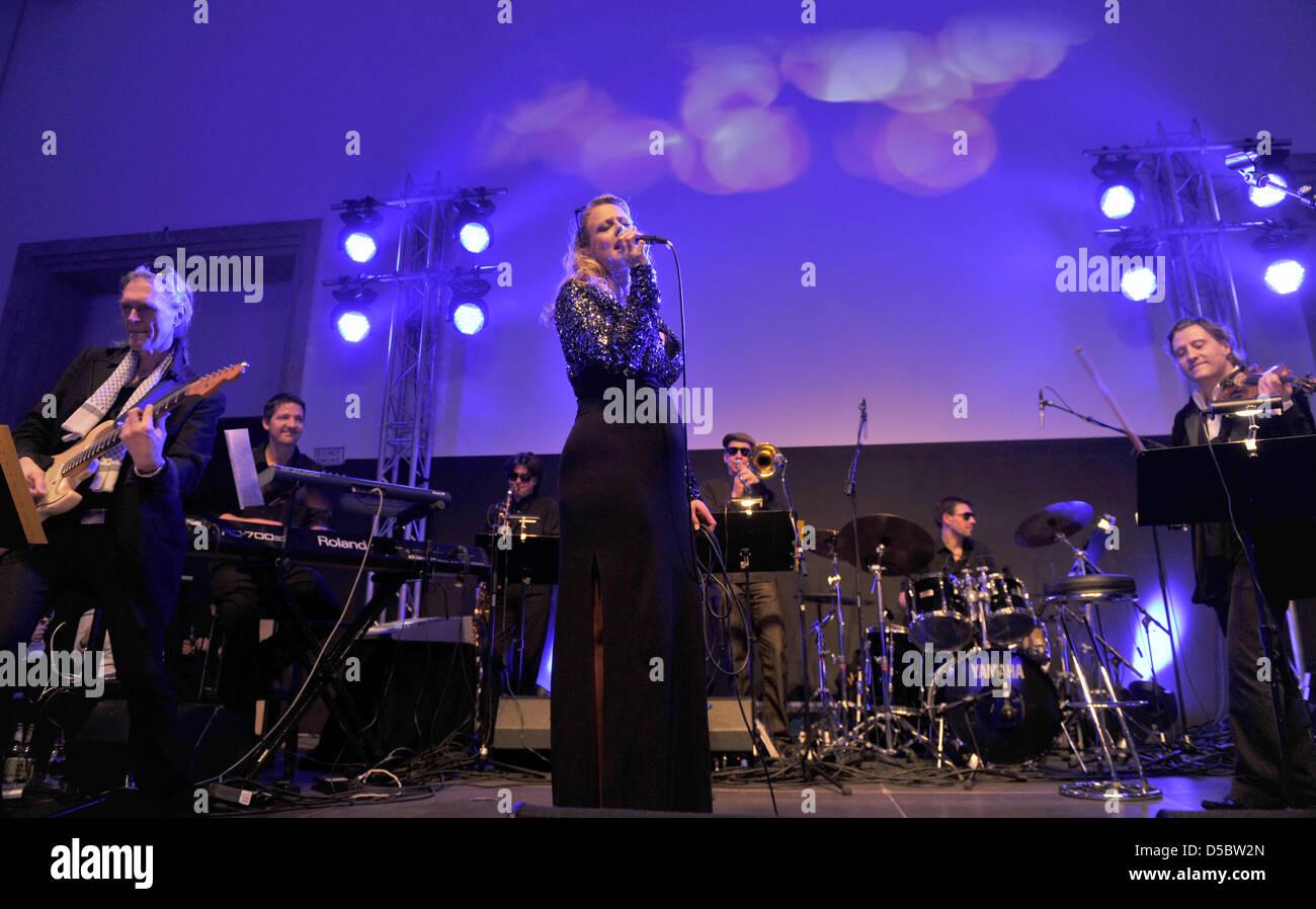 Schwangere Moderatorin und Sängerin Barbara Schoeneberger führt in ...