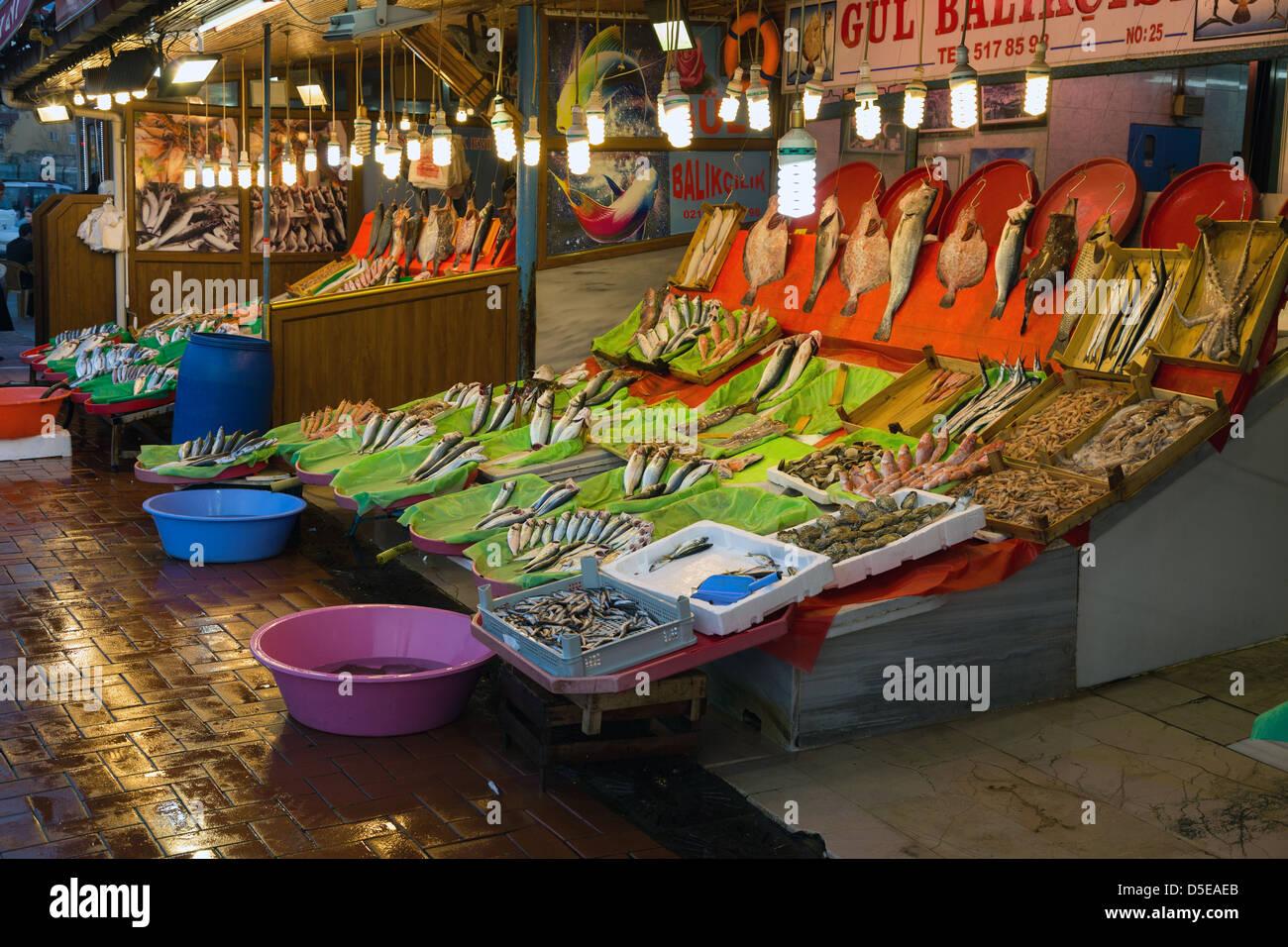 Fisch zum Verkauf am Fischmarkt, Istanbul, Türkei Stockbild
