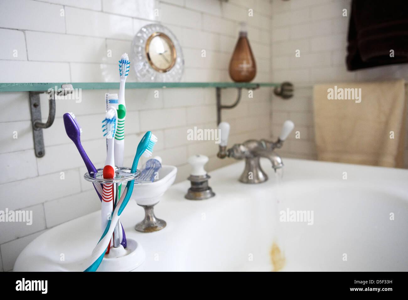 Zahnbürsten auf Vintage Waschbecken Stockbild