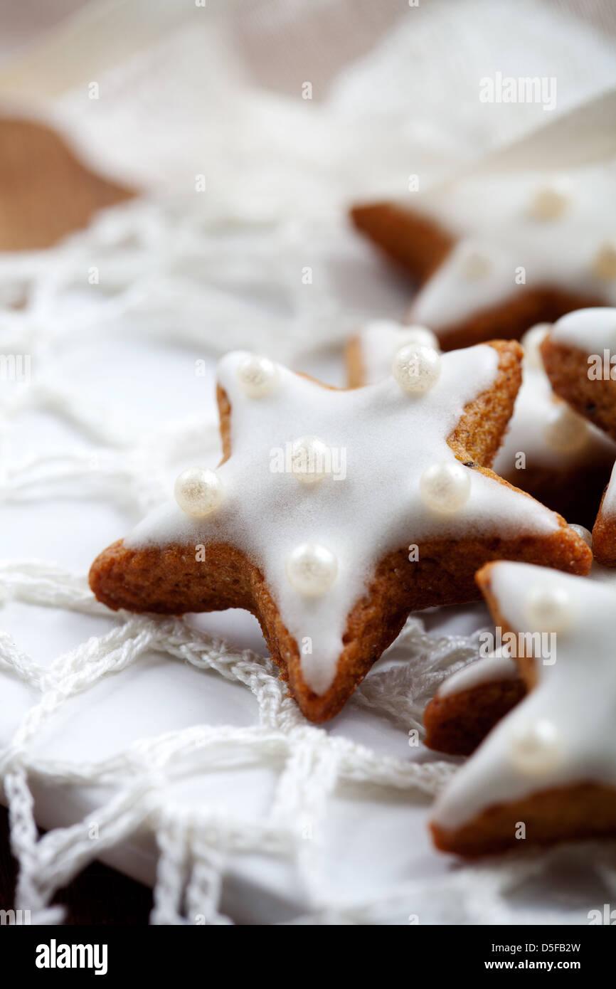 Glasur Weihnachtsplätzchen.Weihnachtsplätzchen Mit Weißer Glasur Selektiven Fokus Stockfoto