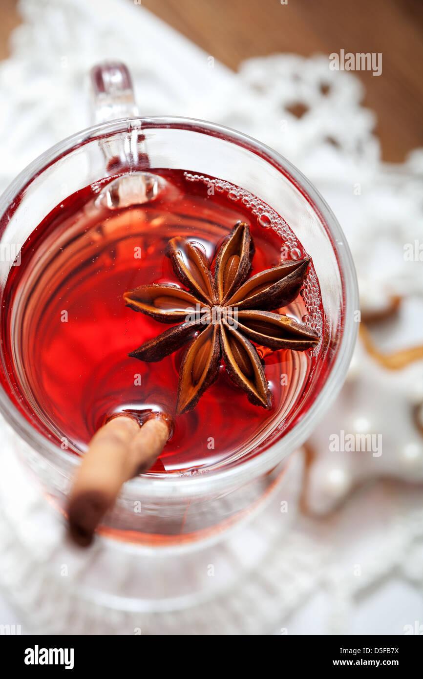 Nahaufnahme von Glühwein Weinglas mit Sternanis Stockfoto