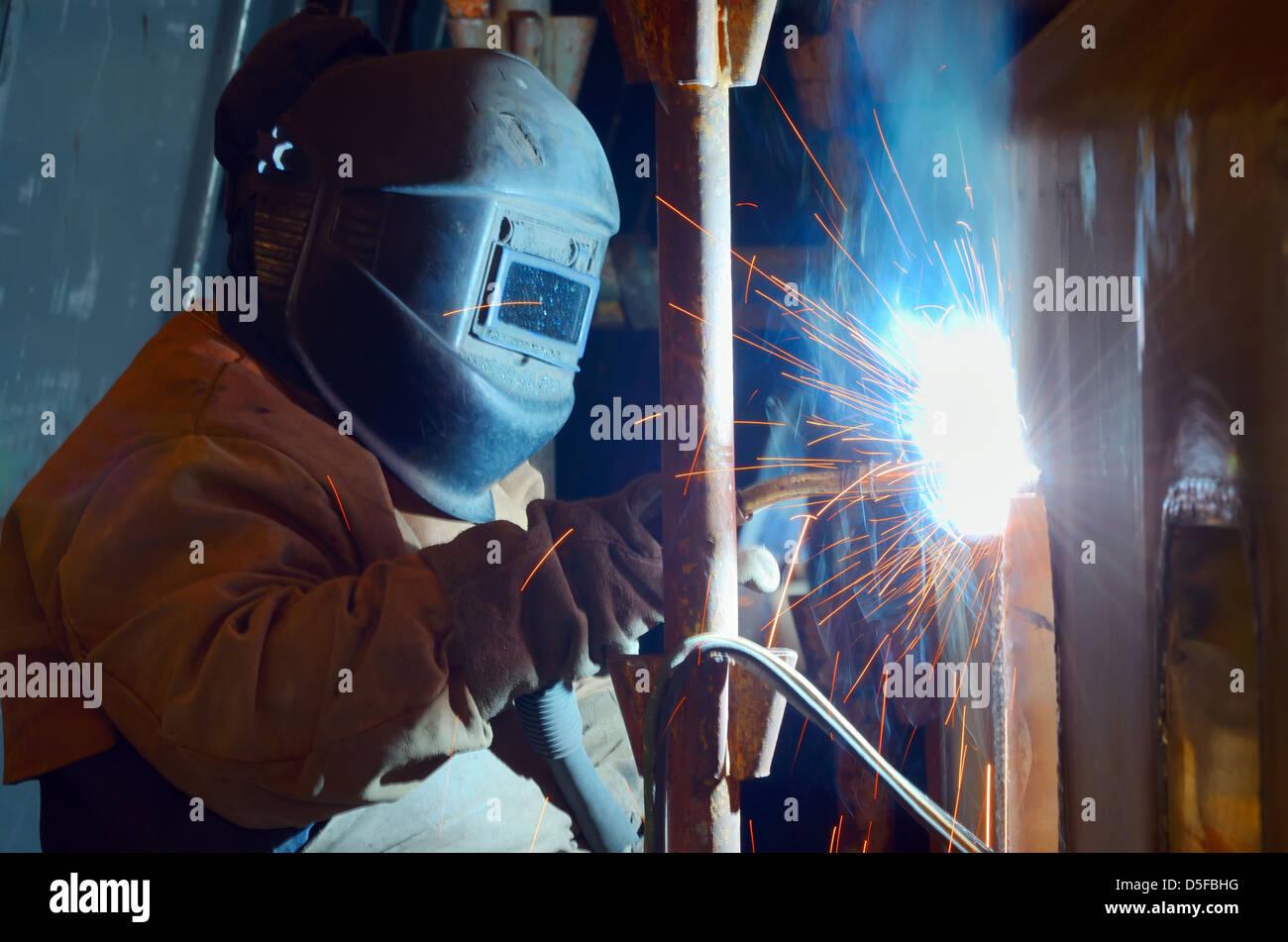 ein Schweißer arbeiten bei Werft in der Tageszeit Stockbild