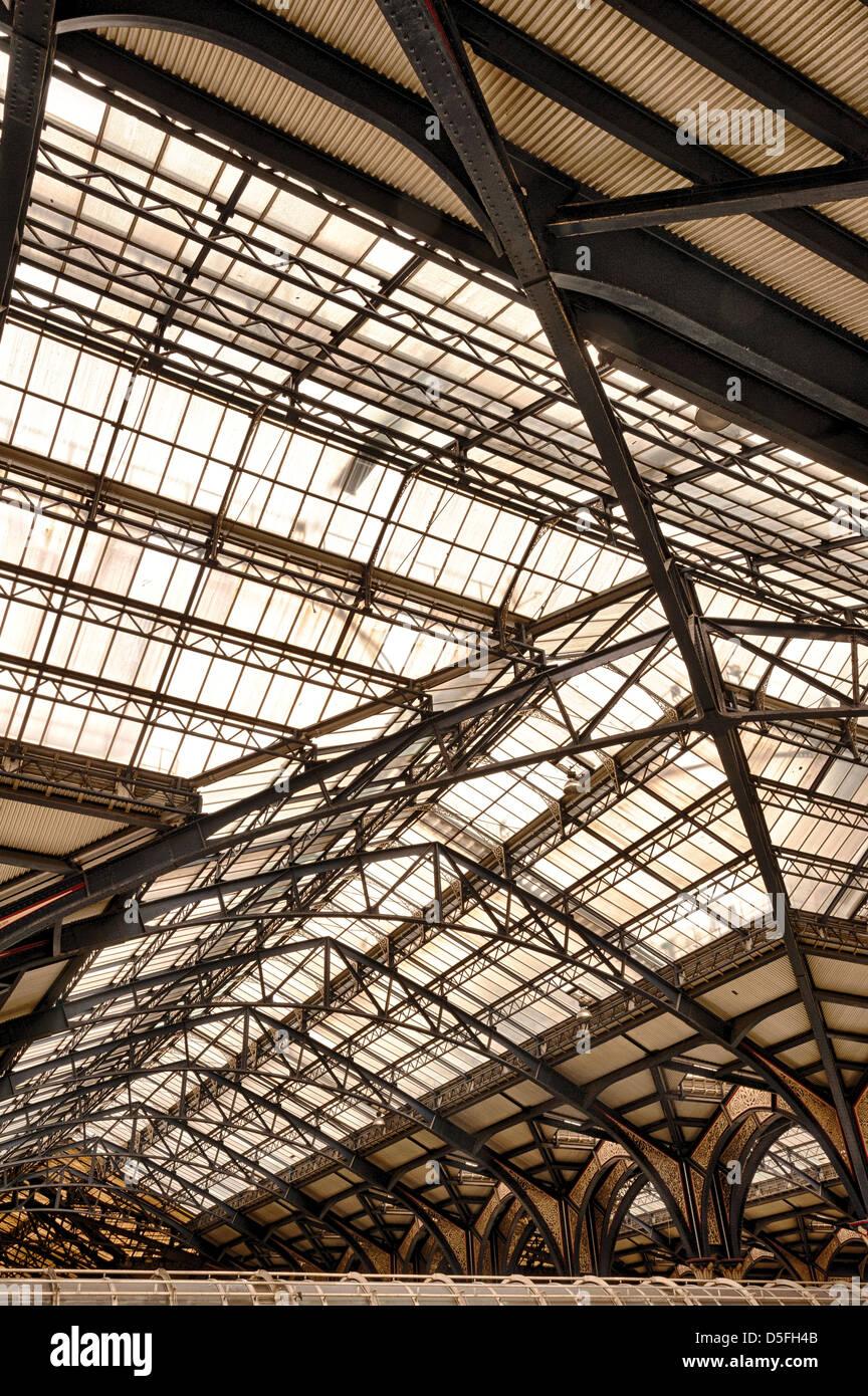 Komplizierte Gusseisen glasierte viktorianischen Engineering und Detail des Daches an der Liverpool Street Station Stockbild