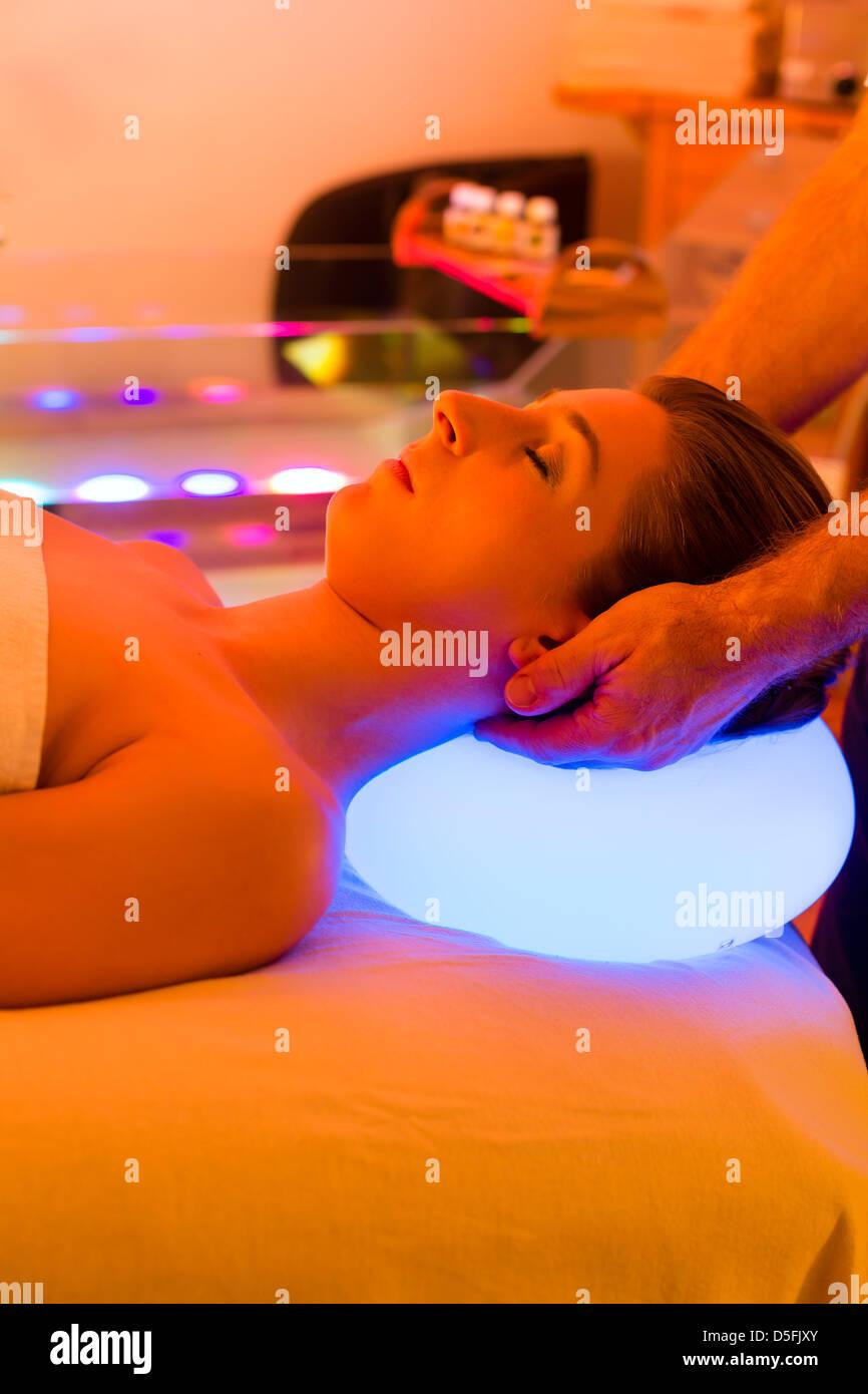 Frau genießen Therapie im Spa mit Farbtherapie, bunte Lichter, die Stimulierung der psyche Stockbild