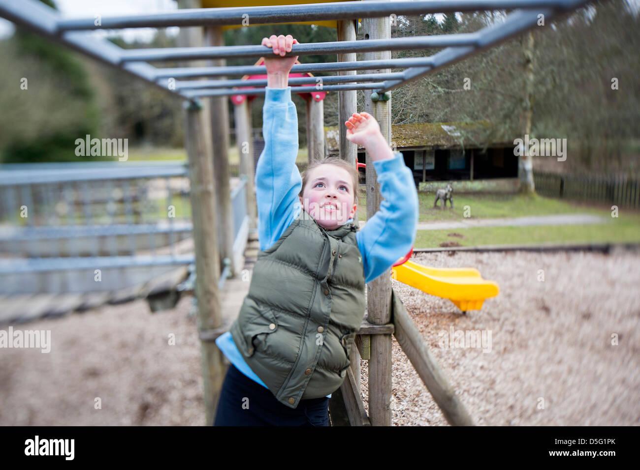 Klettergerüst Clipart : Young girl on monkey bars stockfotos &