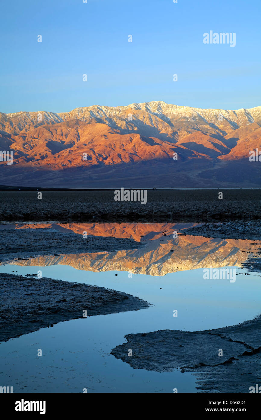 Telescope Peak (11.049 ft.) und Panamint Range spiegelt sich im Teich, Badwater Basin, Death Valley Nationalpark, Stockbild