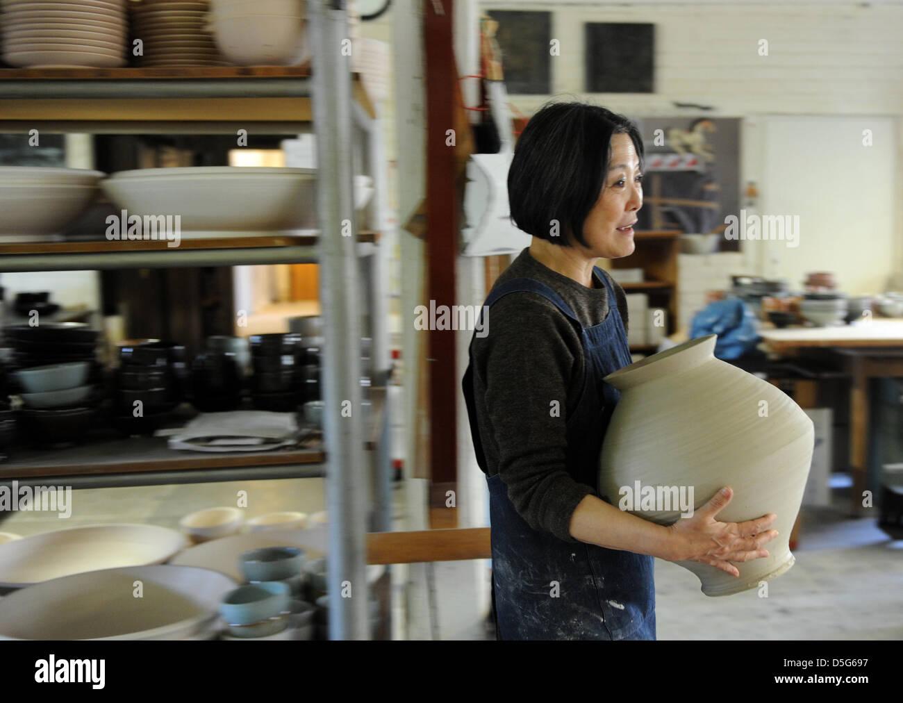 Der Manager des Keramik-Atelier Margaretenhöhe, Young-Jae ...  Der Manager des...