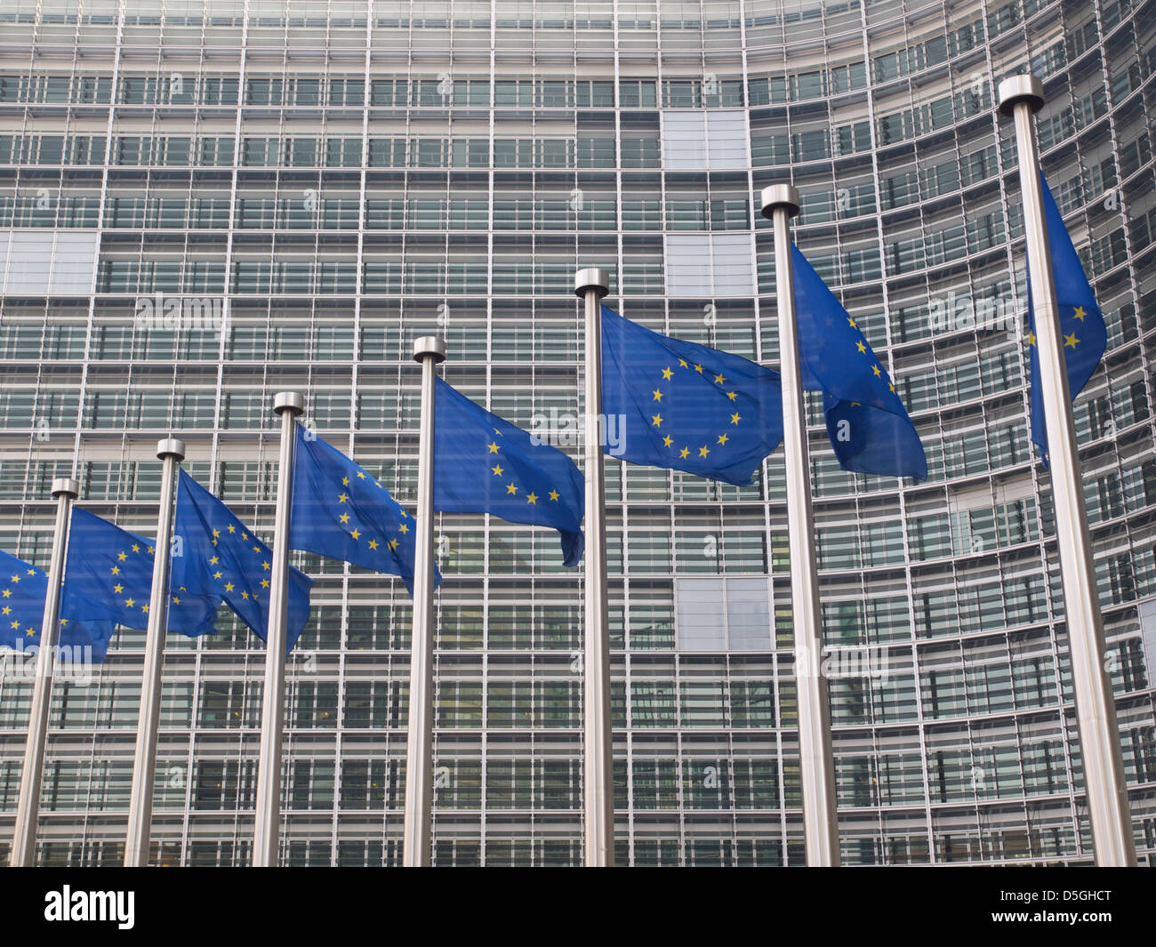 Europäische Union Flaggen vor dem Berlaymont-Gebäude der Europäischen Kommission in Brüssel, Stockbild