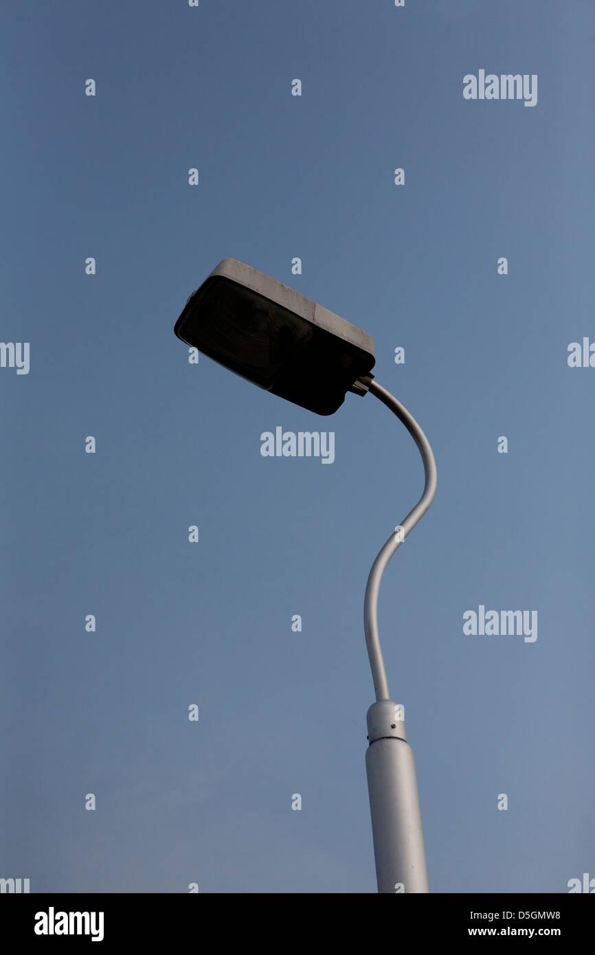 Lamp post in Tag Zeit Sonnenlicht vor einem strahlend blauen Himmel Stockbild