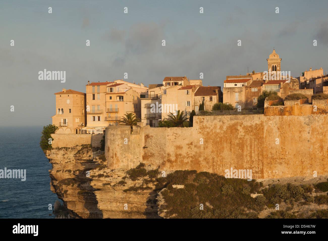 Frankreich, Korsika, Bonifacio, Cliffside Häuser, dawn Stockfoto
