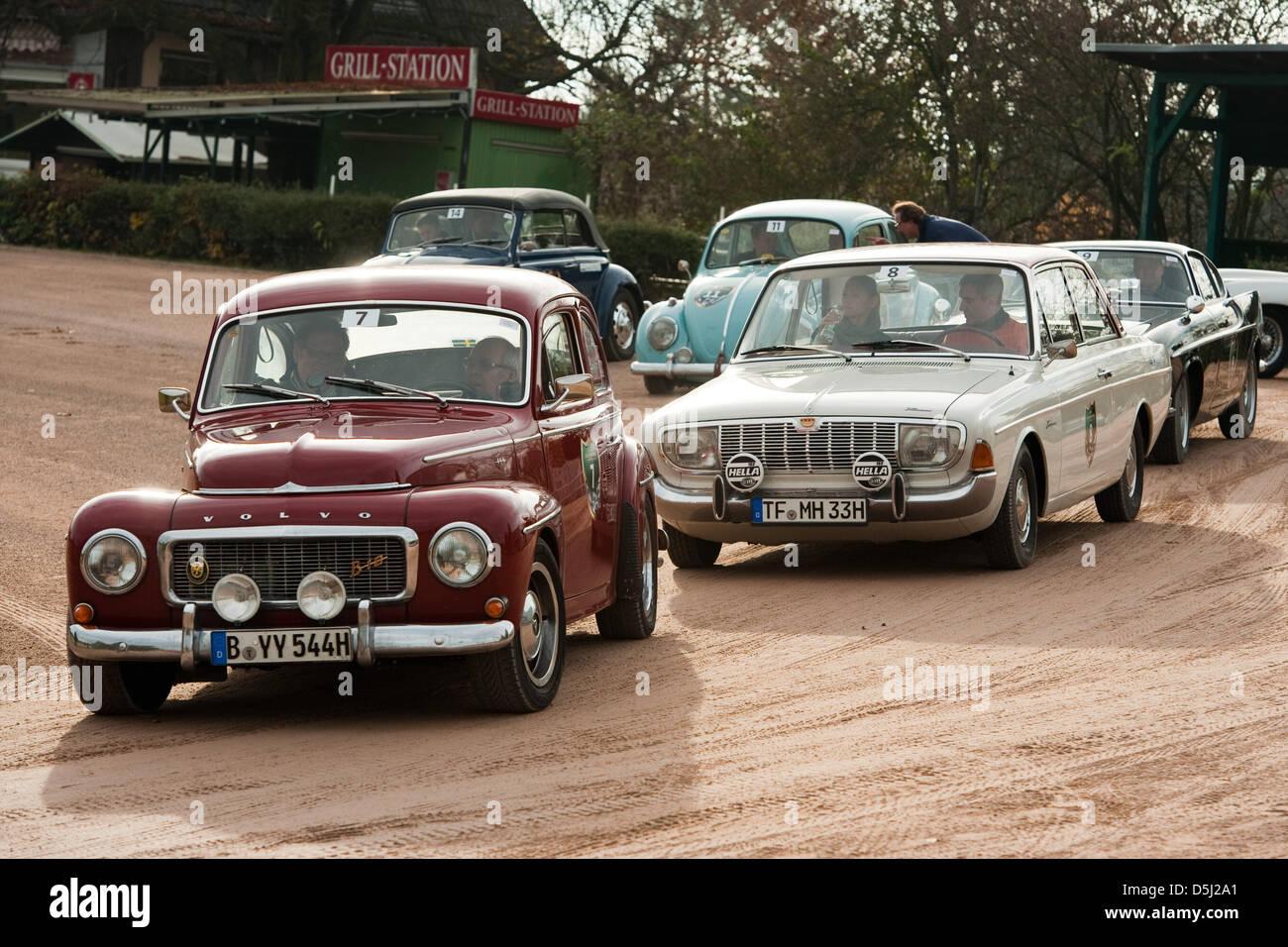 Ein Volvo PV 544 Sport (l) und ein Ford Taunus sind im Rahmen der ...
