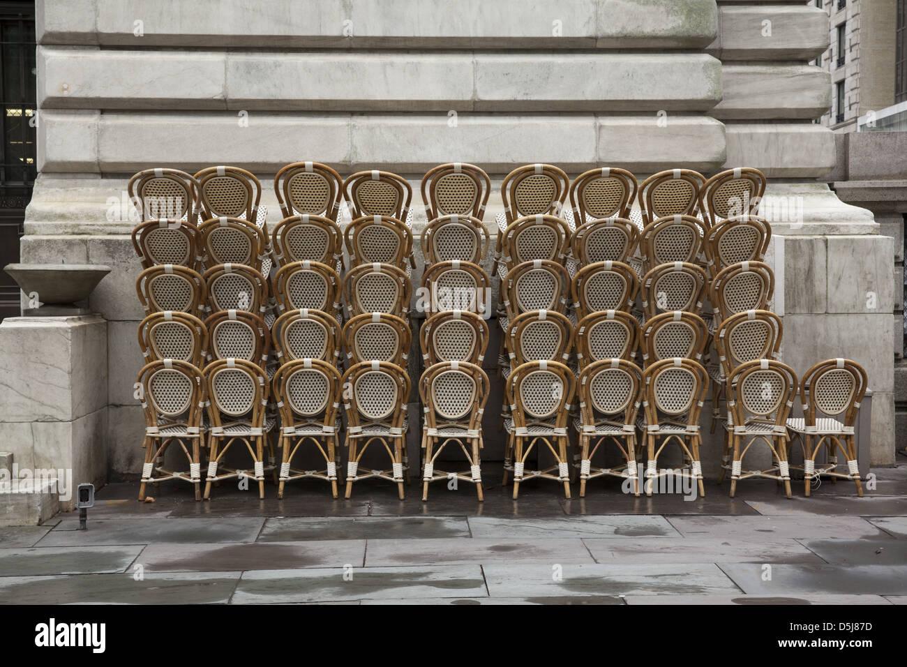 Gestapelte Café Stühle im Bryant Park hinter der New York Public Library in Manhattan Stockbild