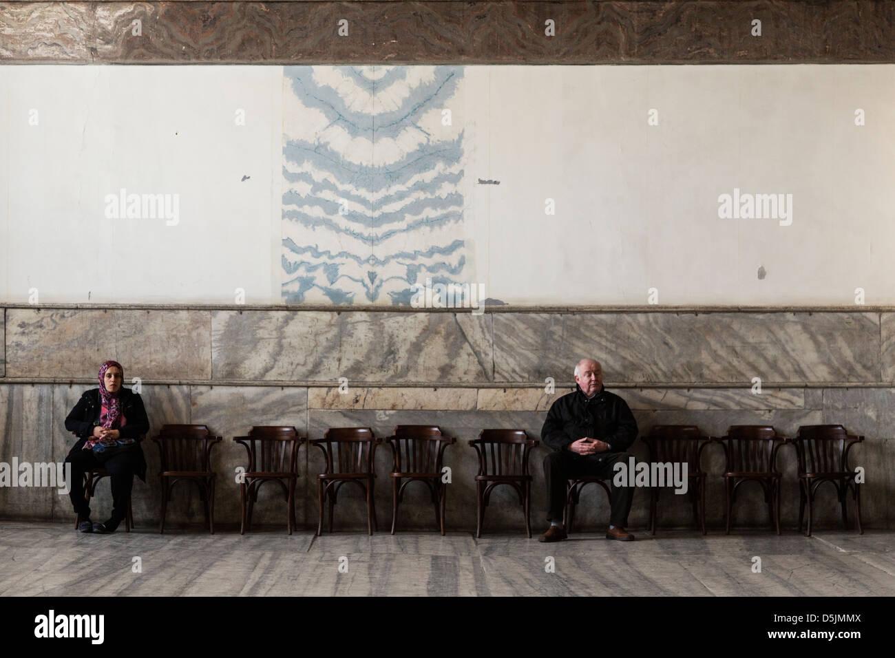 Touristen sitzen auf den sitzen in der Hagia Sophia Museum, Istanbul, Türkei. Stockbild