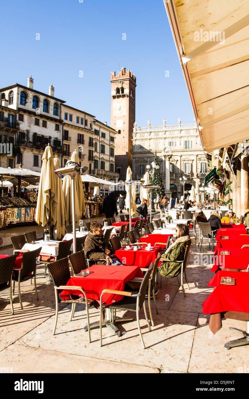 Café an der Piazza Delle Erbe. Stockbild