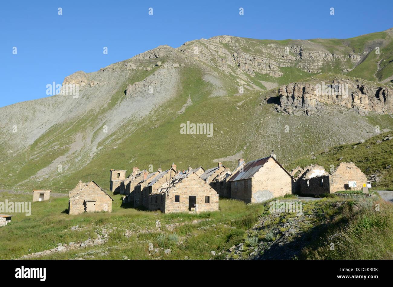 Zerstörte militärische Lager des Fourches Route De La Bonette französische Alpen Frankreich Stockbild