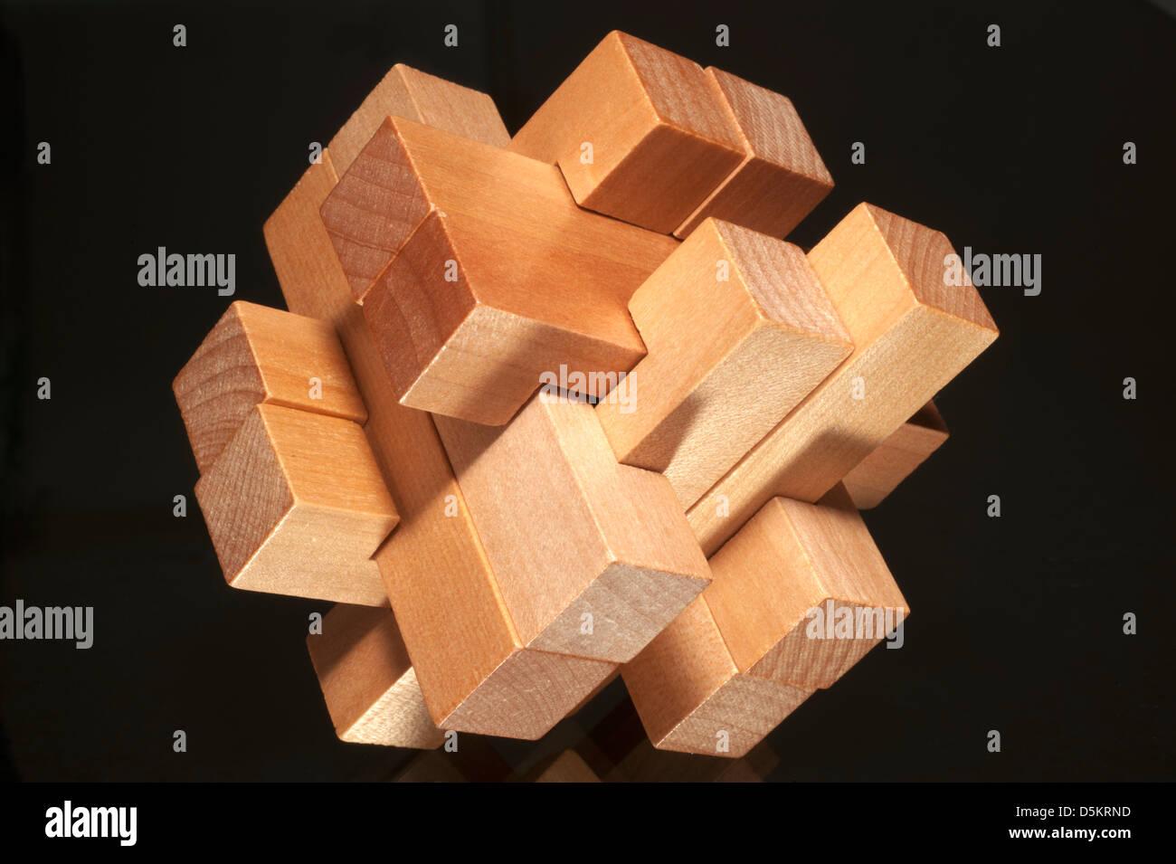 Bausteine bilden eine herausfordernde Puzzle auf schwarzem Hintergrund isoliert Stockbild