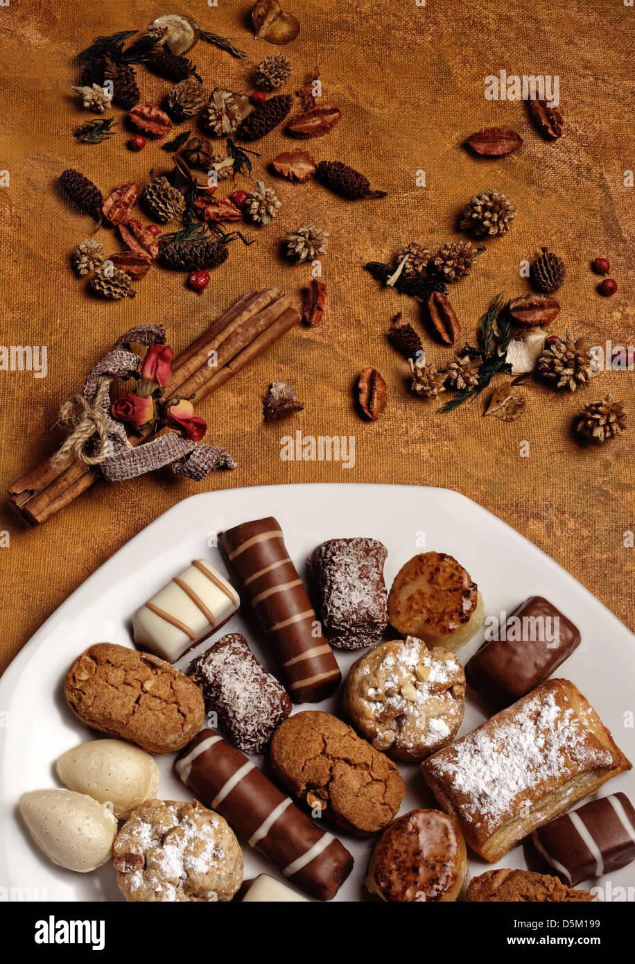 Stillleben mit Kuchen und Süßigkeiten Stockbild