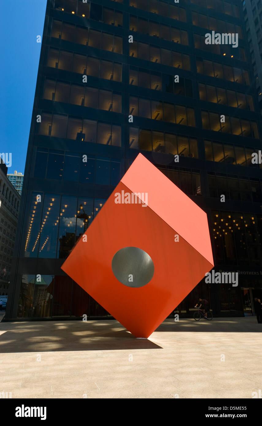 Red Cube (1968), von dem Bildhauer Isamu Noguchi, bei 140 Broadway, Bankenviertel, New York City. Stockbild