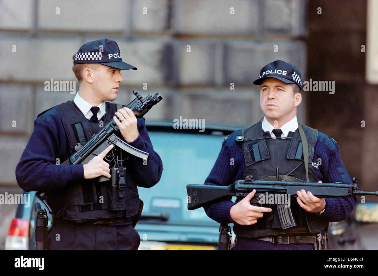 Bewaffnete Polizisten im Einsatz außerhalb des High Court in Edinburgh Stockbild