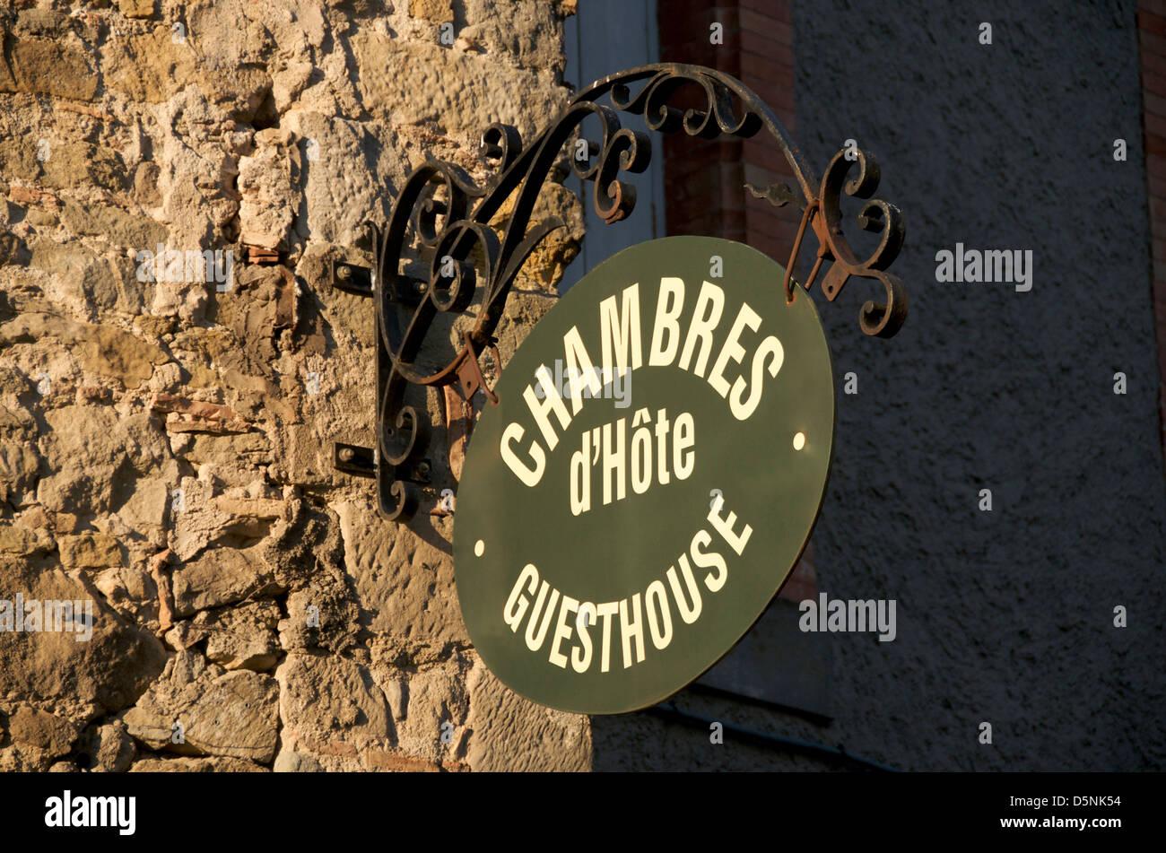 Hängende Zeichen für ein Gästehaus, Carcassonne, Frankreich, Europa Stockbild