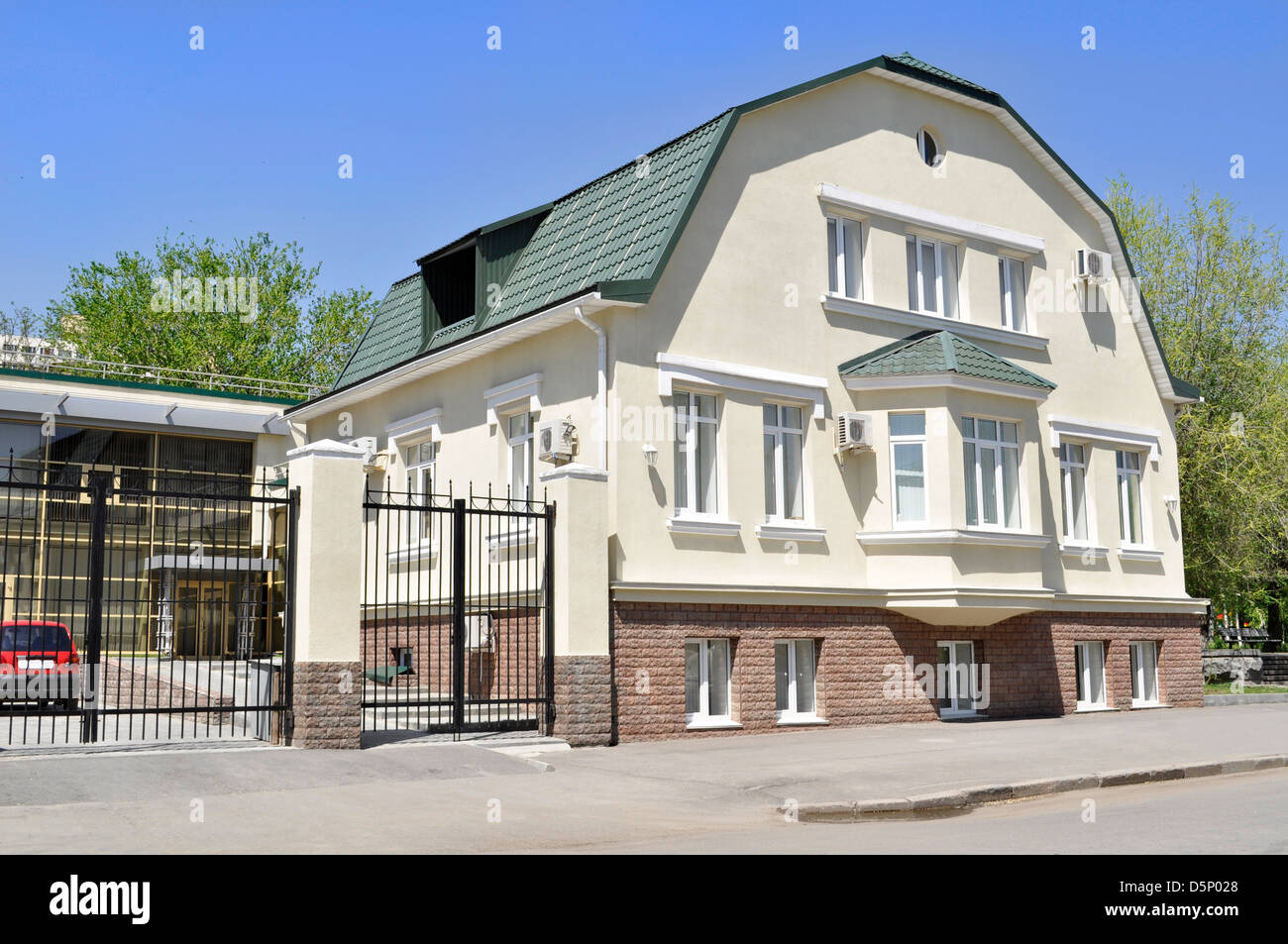 Modernes Haus Auf Himmelshintergrund Mit Garten Und Zaun Stockfoto