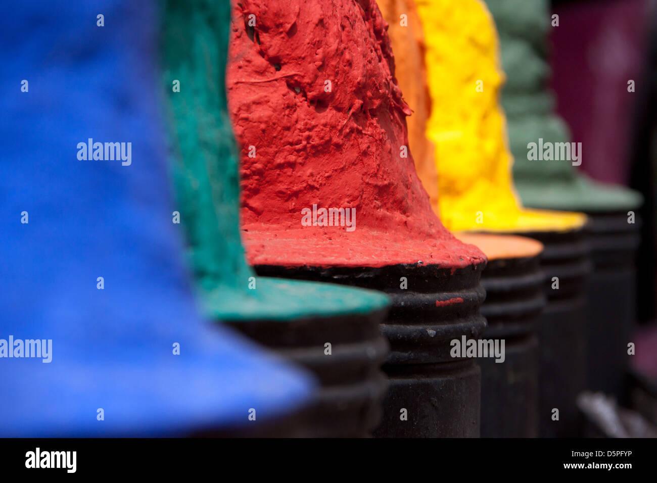 Auswahl der marokkanischen Farbstoff (blau, grün, rot, Orange, gelb, violett) Stockbild