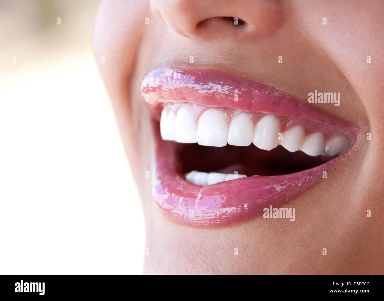 Nahaufnahme der perfekte weiße Zähne - Lächeln mit offenem Mund Stockbild