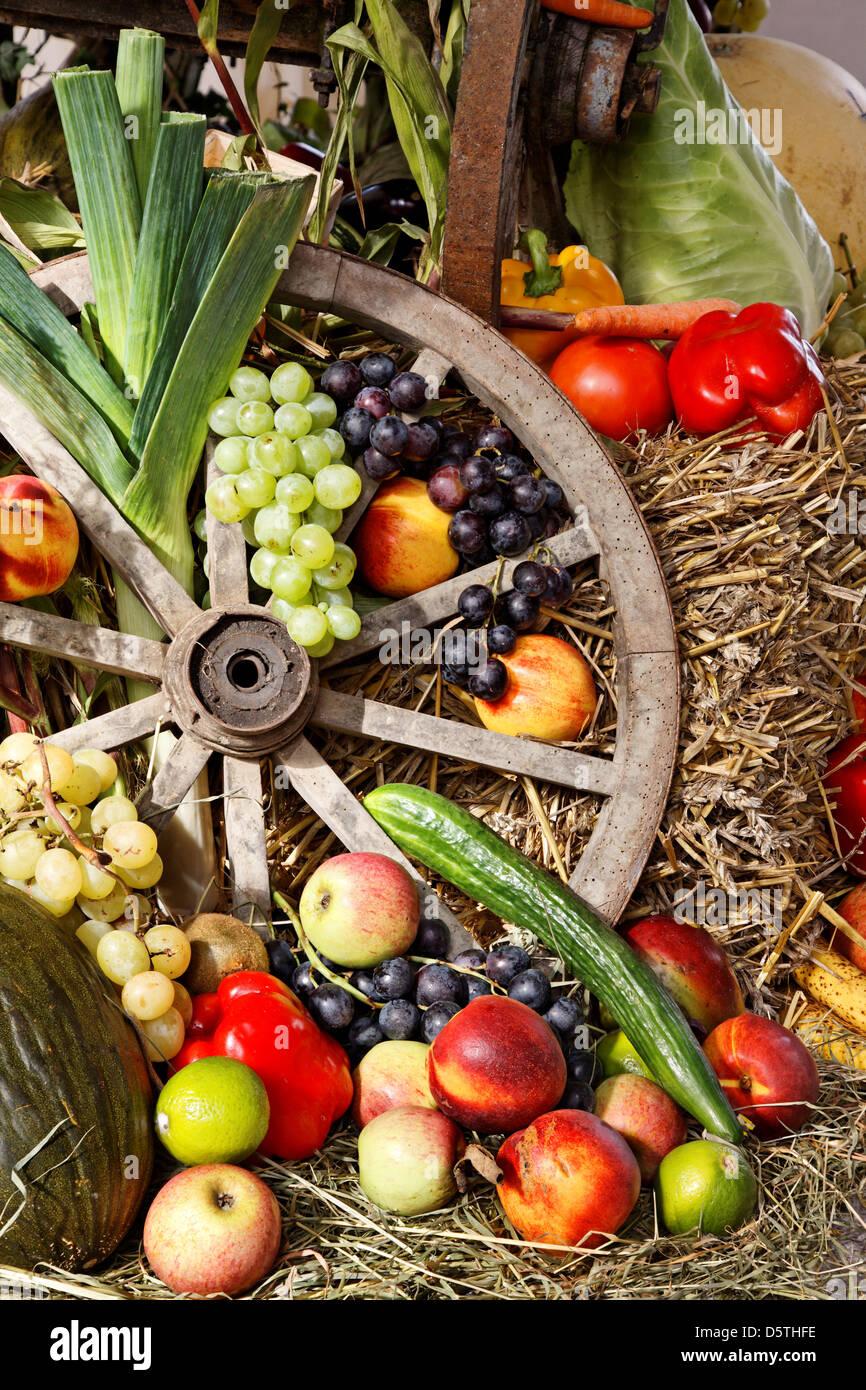 Obst Und Gemuse Als Erntedankfest Dekoration Stockfoto Bild