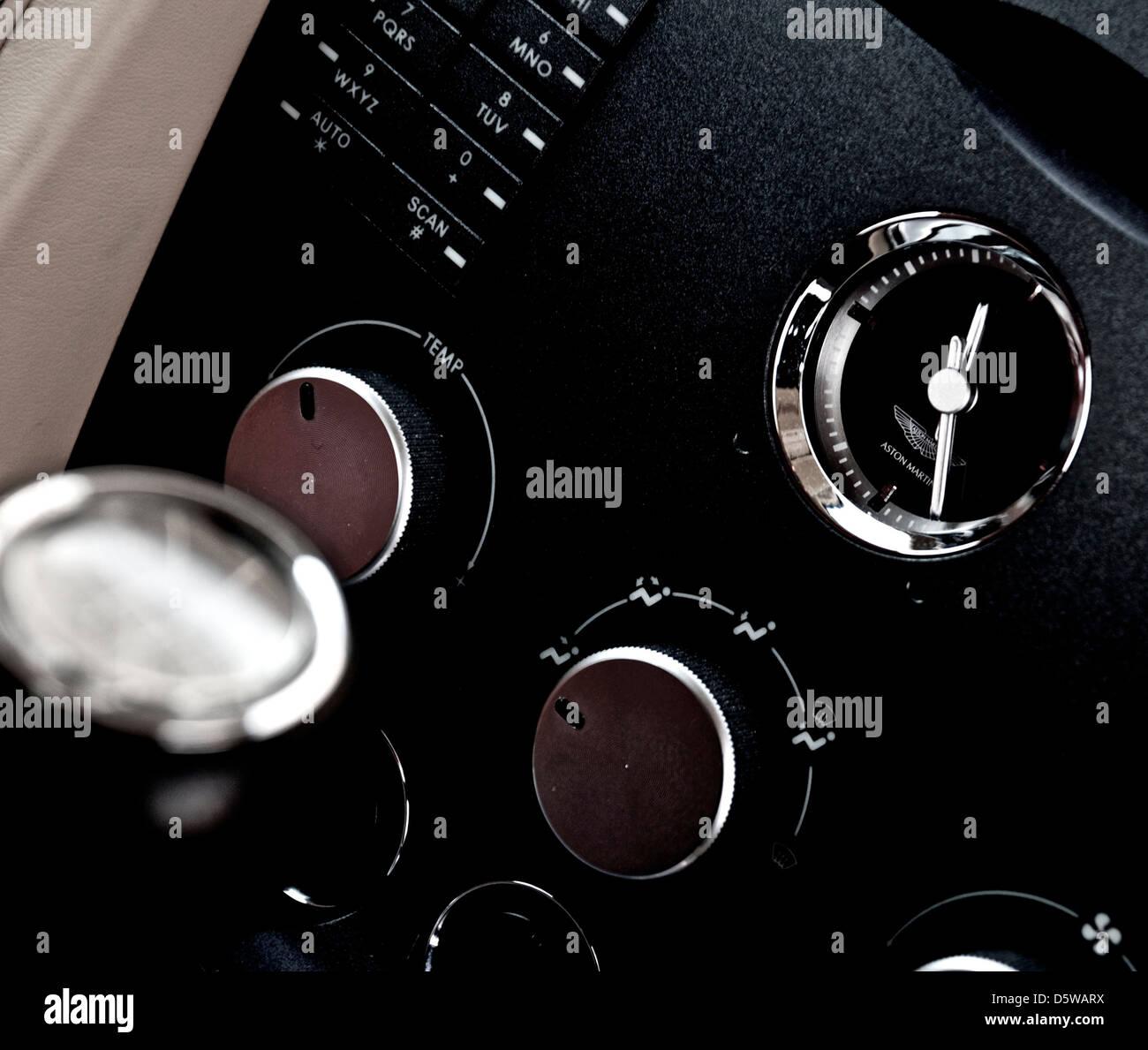 Aston Martin Armaturenbrett zeigt die Uhr Schalthebel und einige Steuerelemente Stockbild