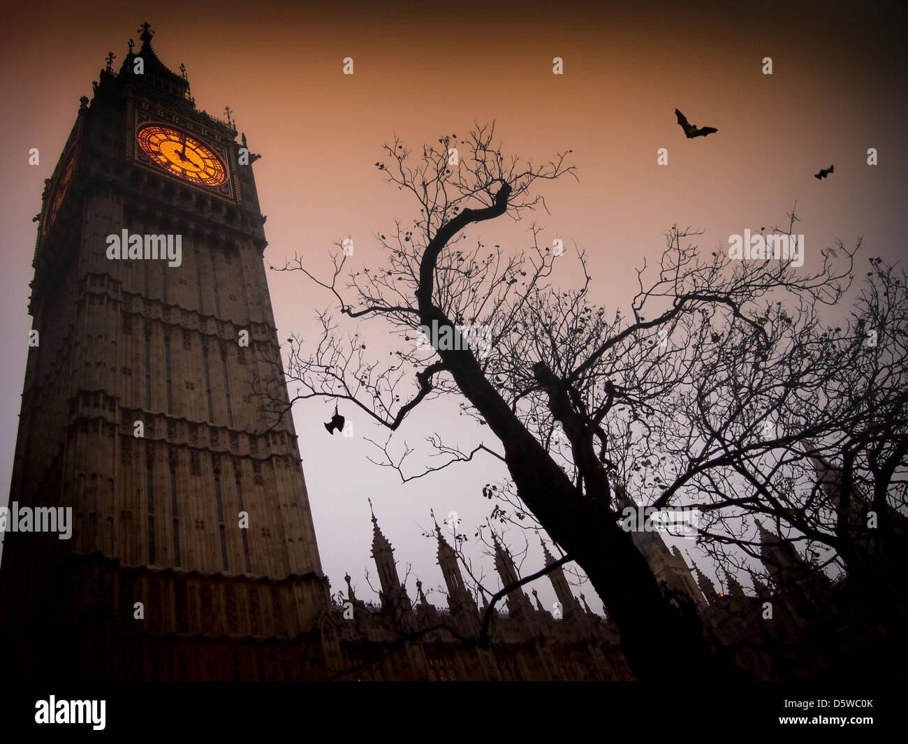 Der Spuk Uhr Turm von Westminster mit einem kahlen Baum und fliegende Fledermäuse Stockbild
