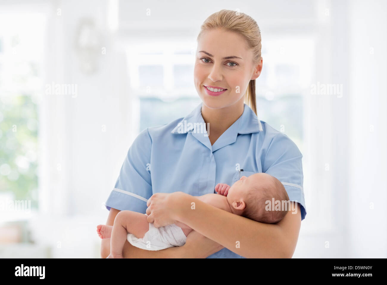 Krankenschwester mit Neugeborenen Baby im Krankenhaus Stockbild